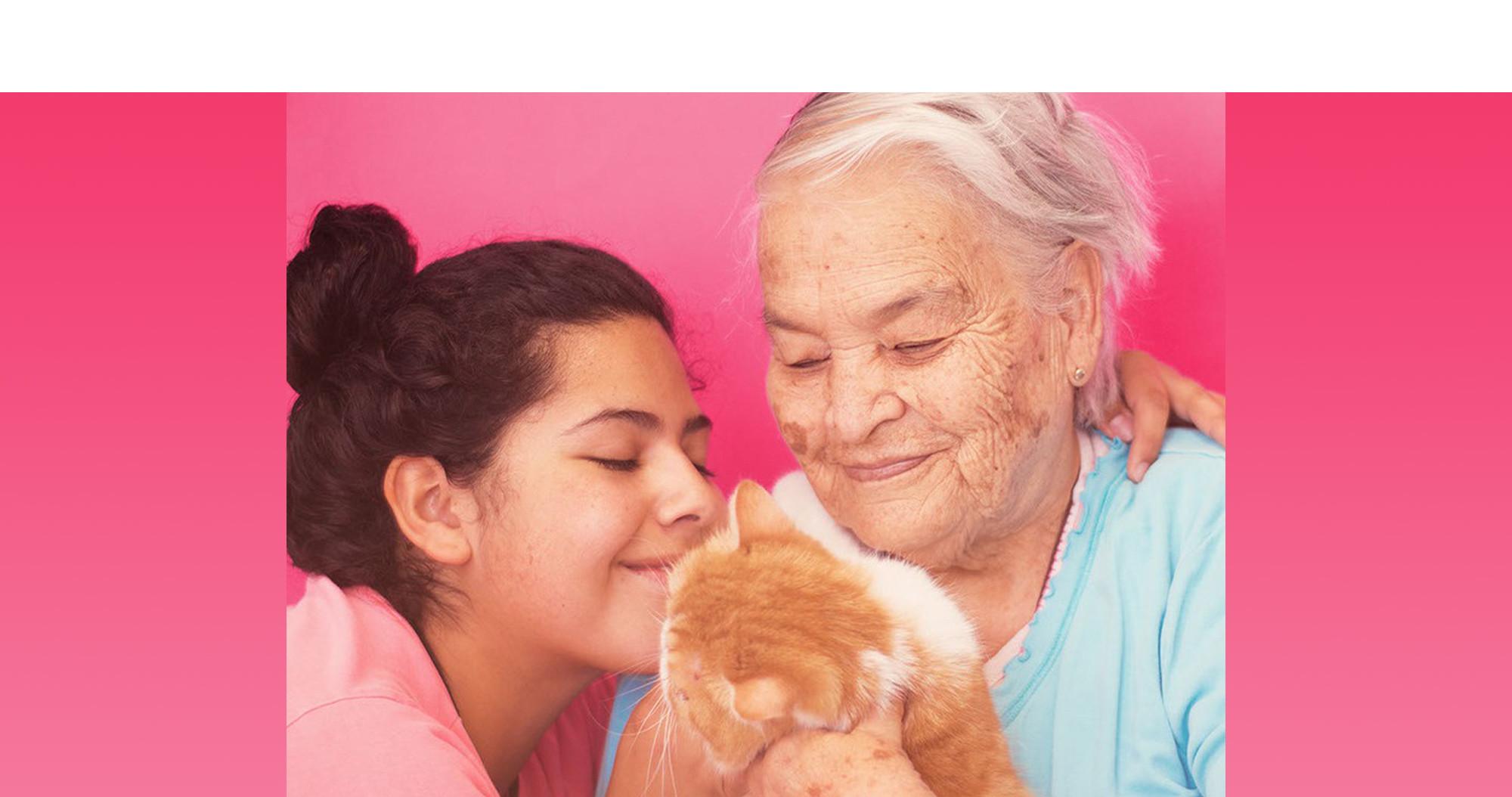 Abuela y nieta con un gato exótico