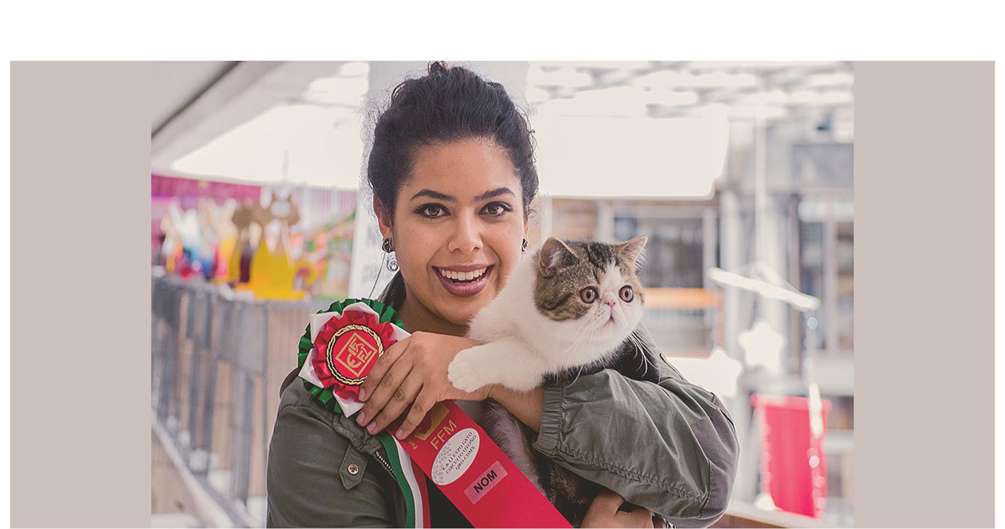 Mariana cargando a un gato exótico